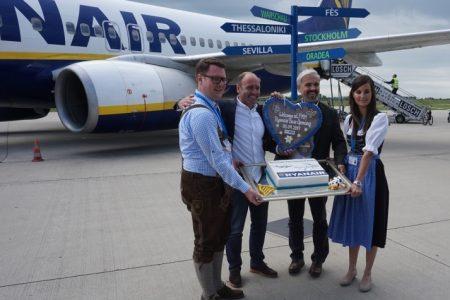 Ryanair Chief Marketing Officer Kenny Jacobs und Flughafengeschäftsführer Ralf Schmid freuen sich über die Base Eröffnung.