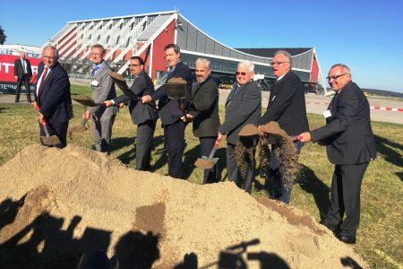 Start frei für den Ausbau des Flughafen Memmingen: Ministerpräsident Dr. Markus Söder und Flughafen Geschäftsführer Ralf Schmid (Mitte) gemeinsam mit Kommunalpolitikern und Vertretern des Airports beim ersten Spatenstich.