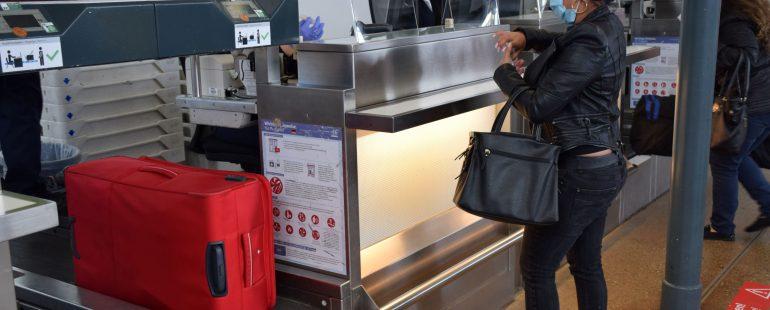 Check-in mit Mundschutz am Flughafen Memmingen