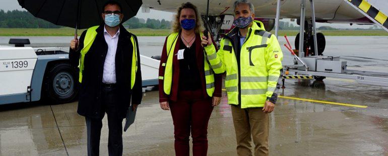 20200615_Besuch Ministerin Schreyer vor Flugzeug