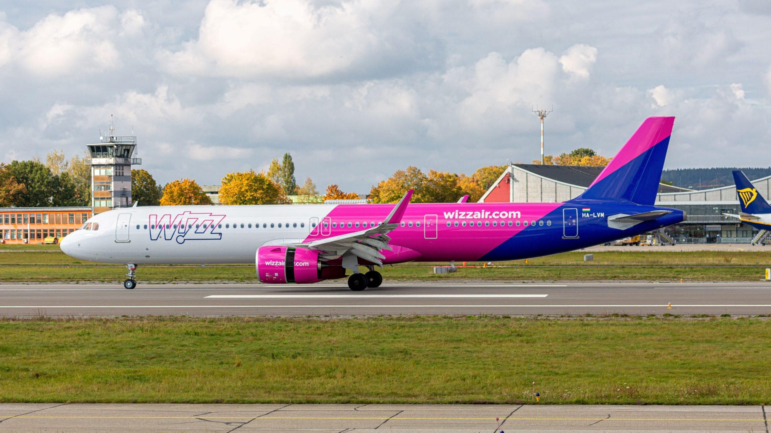 Flugzeug der Airline Wizz Air auf der Start- und Landebahn des Allgäu Airport