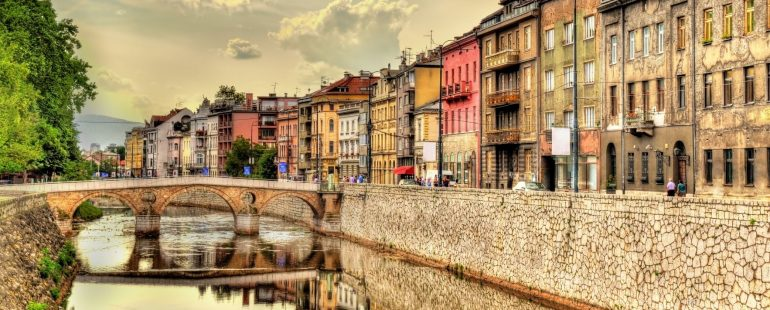 Altstadt von Sarajevo mit dem Fluss Miljacka