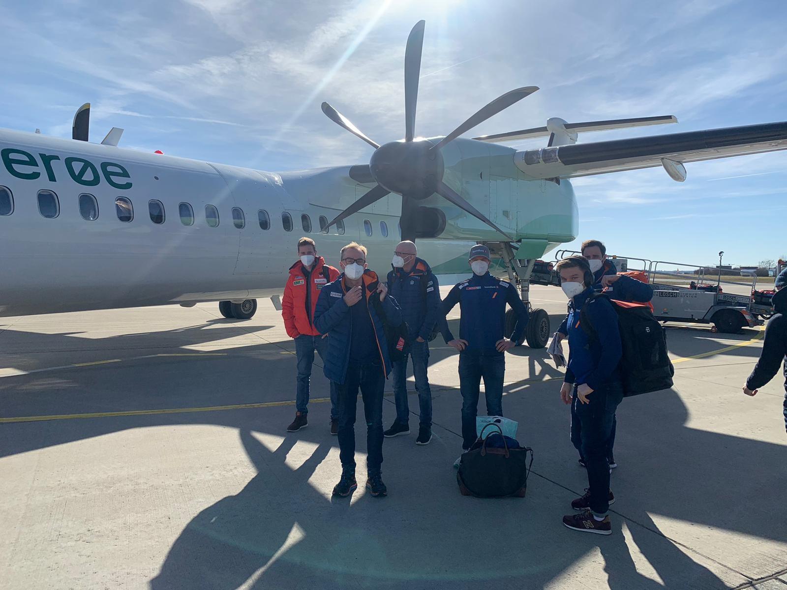 Norwegisches WM Team vor dem Flugzeug am Flughafen Memmingen