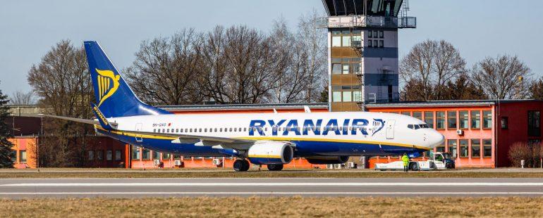 Ryanair Flugzeug vor Tower am Flughafen Memmingen, Fotograf Maximilian Mair