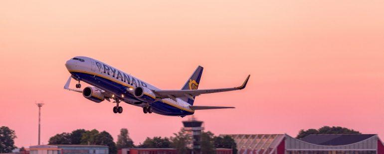 Ryanair Maschinen startet ab Memmingen im Abendrot