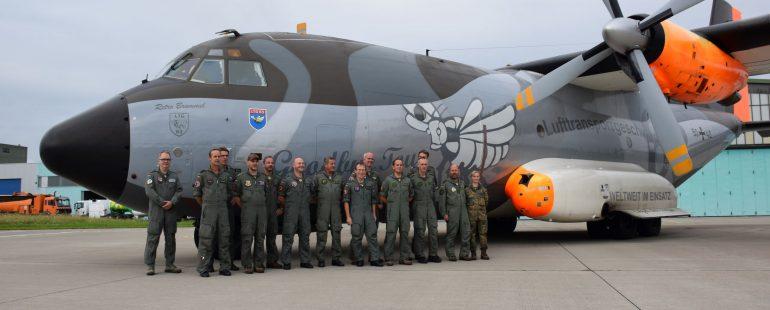 Bundeswehrsoldaten vor der letzten Transall Maschine am Flughafen Memmingen