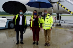 20200615_Besuch-Ministerin-Schreyer-vor-Flugzeug